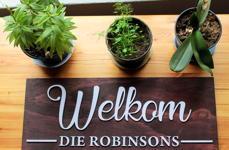 Welkom Die Robinsons Dark Wood Welcome Board with Lazer Cut White letters